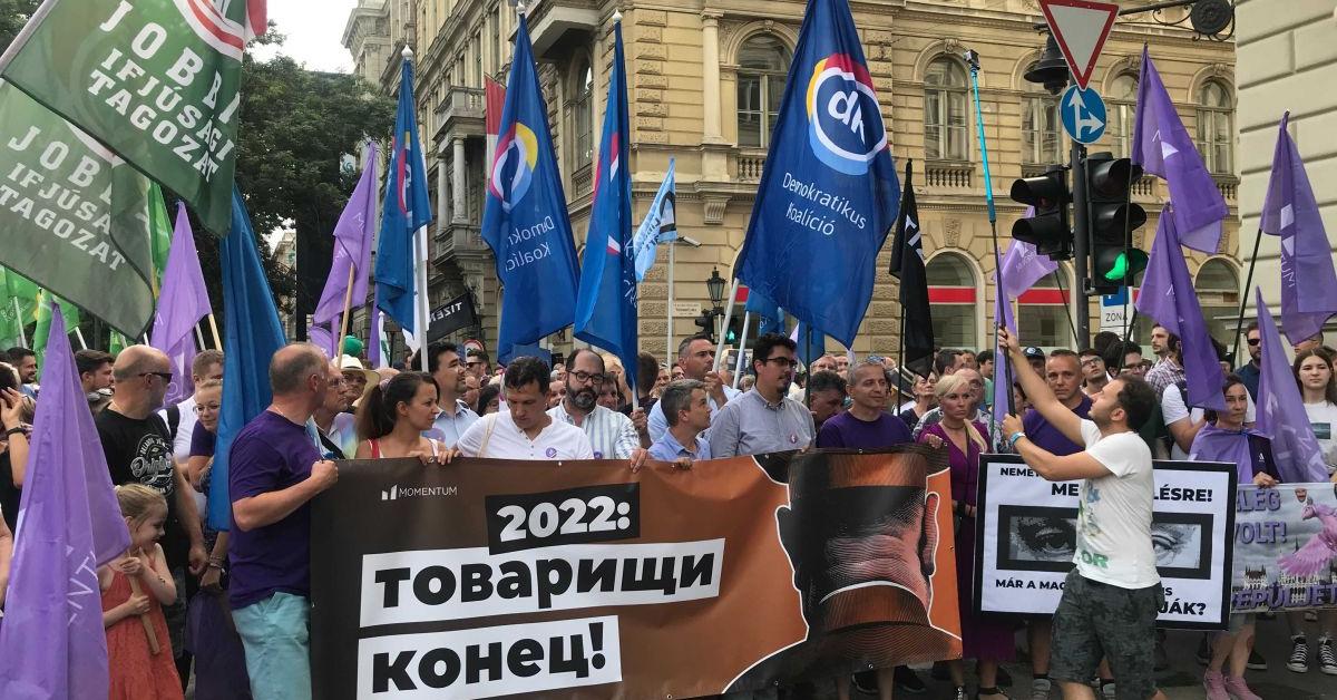 """""""ÁVH! ÁVH!"""" A megfigyelési botrány ellen tüntettek a Fidesz-székháznál"""