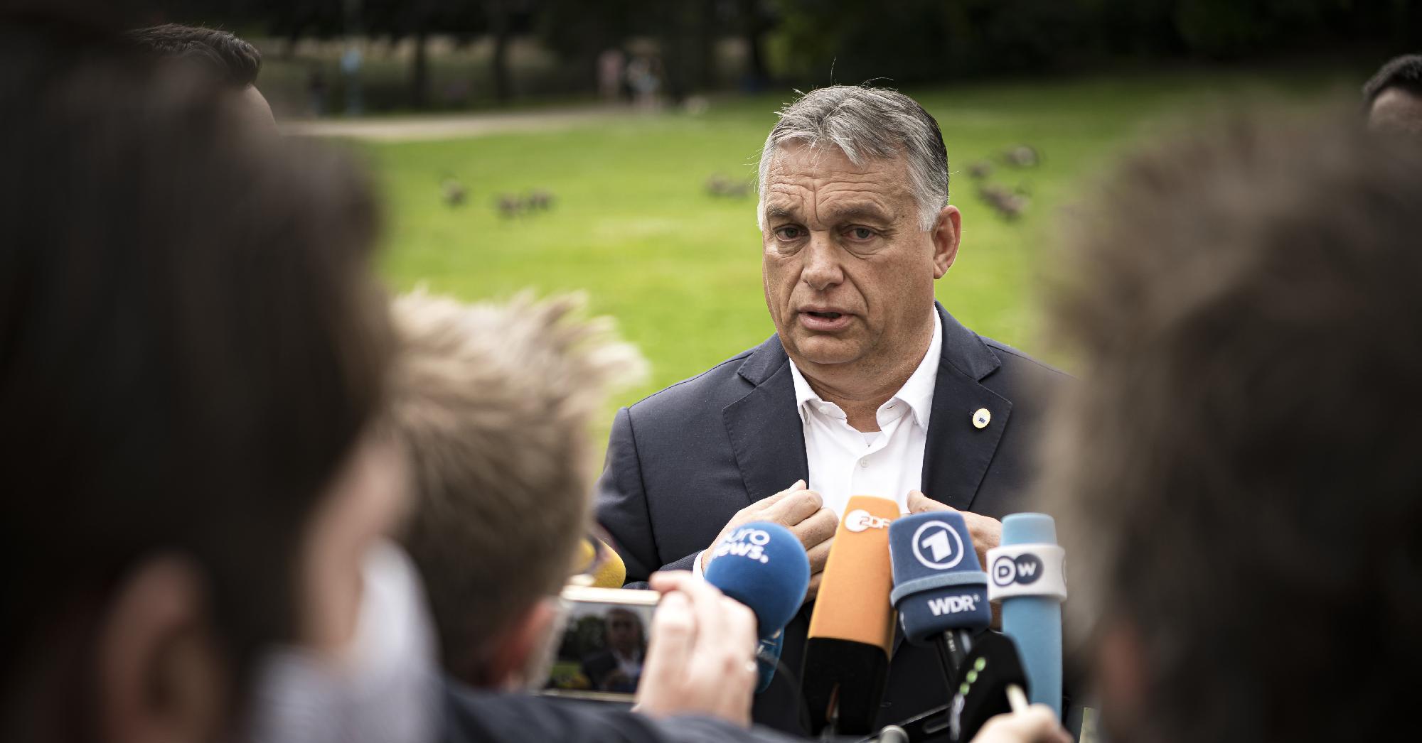 Orbán aláírja, amit elé tesznek Brüsszelben | Klubrádió